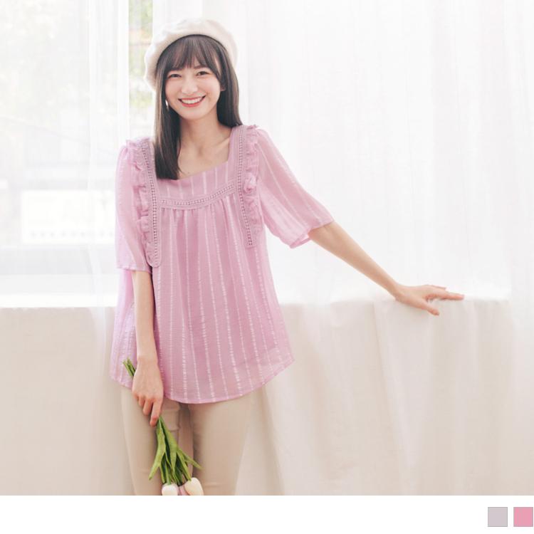甜美荷葉拼接蕾絲織帶立體布紋方領上衣