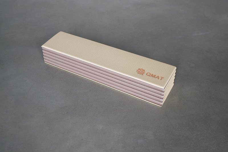 QMAT瑜珈折墊奶茶/棕 無味無毒無膠 雙色雙面止滑 攜帶收納超方便