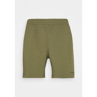 アディダスオリジナルス カジュアルパンツ メンズ ボトムス BASICS UNISEX - Shorts - olive cargo