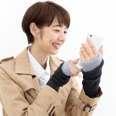 指先がすぐに使えてスマホに便利 シルクの肌当たりで手もとをすっぽりと包んでくれるハンドウォーマーの会 フェリシモ FELISSIMO