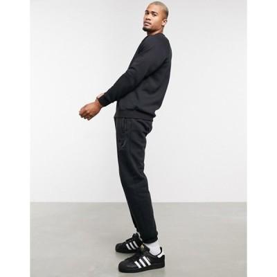 アディダス メンズ カジュアルパンツ ボトムス adidas Originals coordinating sweatpants with collegiate crest in black fleece