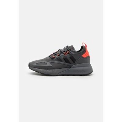 アディダスオリジナルス メンズ スニーカー シューズ ZX 2K BOOST UNISEX - Trainers - grey six/core black/solar red grey six/core bl