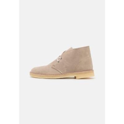 クラークス メンズ 靴 シューズ DESERT BOOT - Casual lace-ups - sand