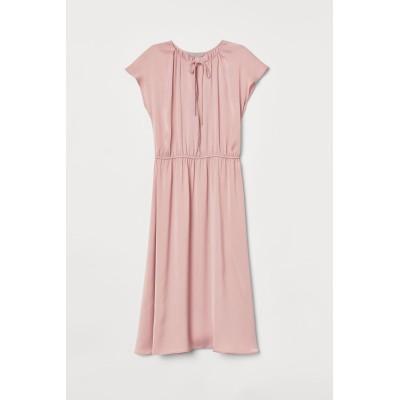 H&M - ニーレングスサテンワンピース - ピンク