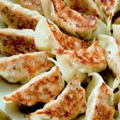 タレ無しで食べる十和田の手作り餃子
