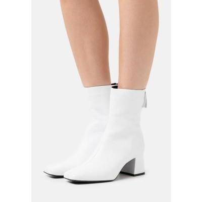 ザイン レディース 靴 シューズ Classic ankle boots - white
