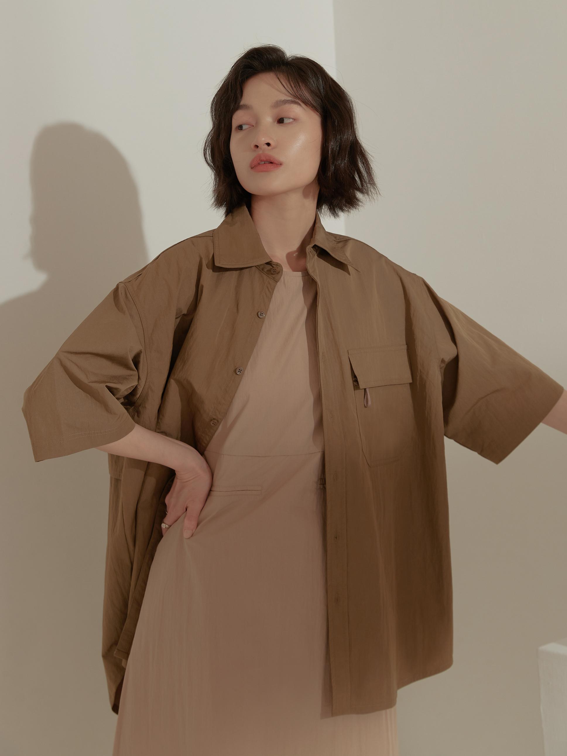 輕薄風衣材質五分袖襯衫-mouggan