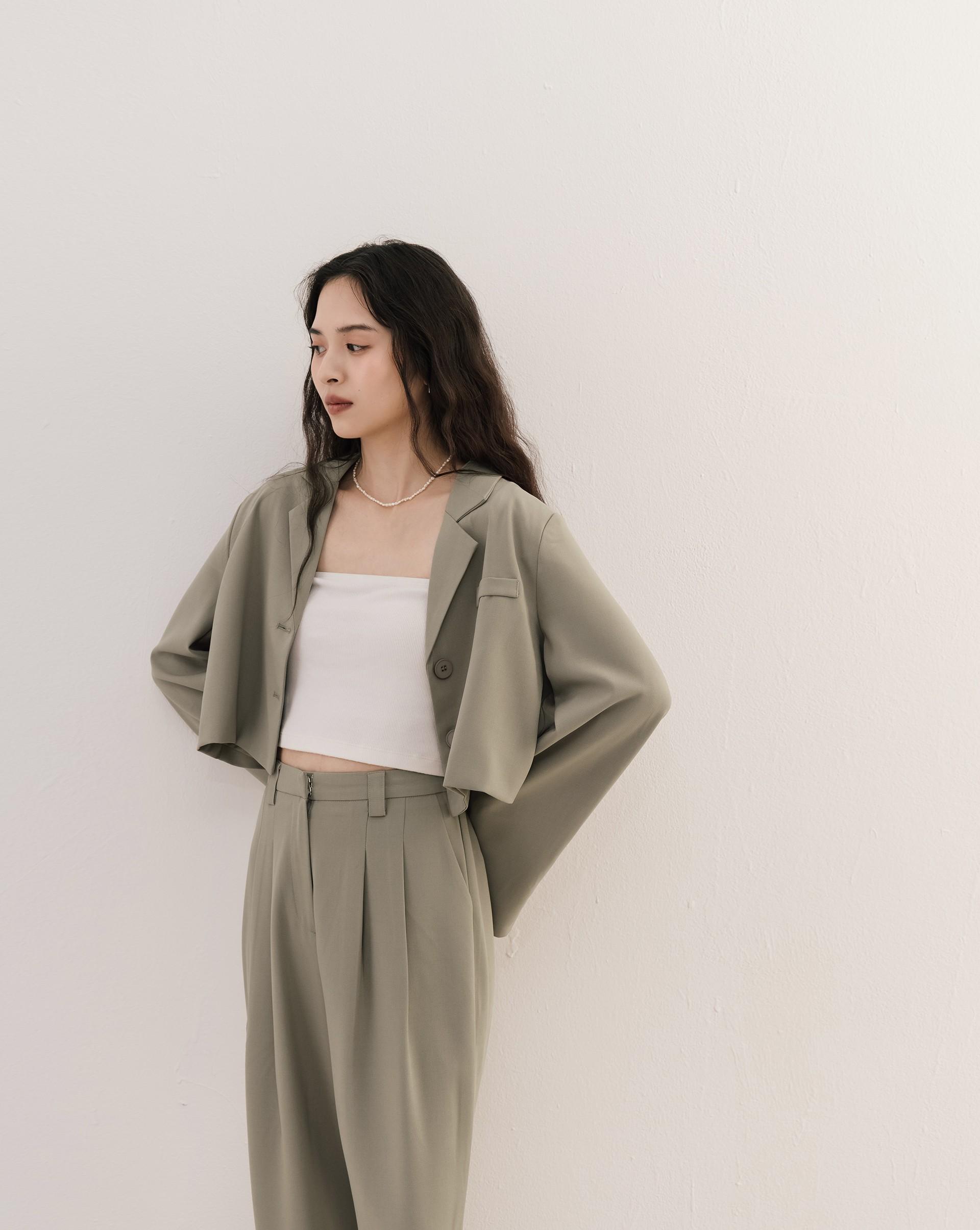 時髦簡約雙釦短版西裝外套-Meierq