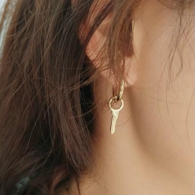 ピアス 片耳 レディース アクセサリー 女性用 キー 鍵 ゴールドカラー シルバー925 揺れる ゆらゆら 可愛い おしゃれ 記念日 誕生日 プレゼン