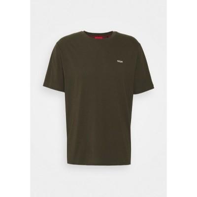 フューゴ Tシャツ メンズ トップス DERO - Print T-shirt - dark green