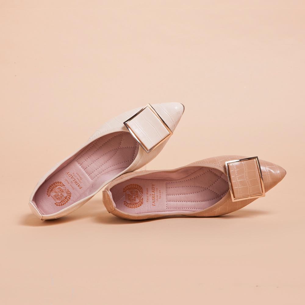 【IG網紅推薦】 我的旅行日記-口袋版 典雅金框壓紋皮革平底鞋  裸粉 (502361)