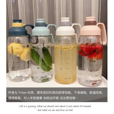 水筒💕早割SALE人気商品💕目盛りのプラスチックの湯飲みの大容量の1.8Lの男女の水を携える瓶のストローの宇宙の杯のアウトドアスポーツのやかんを持ちます
