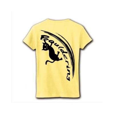ボルダリングをする黒猫(背面) リブクルーネックTシャツ(ライトイエロー)