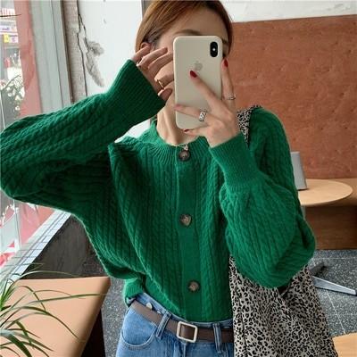 緑色のセーターの女性は秋冬の外に2020年の新型の復古のだるさの風のゆったりした短い編み物のカーディガンのオーバーを着て潮が満ちます。