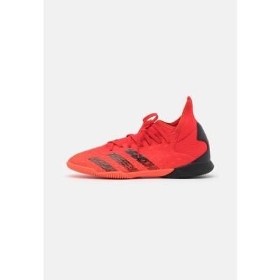 アディダス キッズ 靴 シューズ PREDATOR FREAK .3 IN UNISEX - Indoor football boots - red/core black/solar red