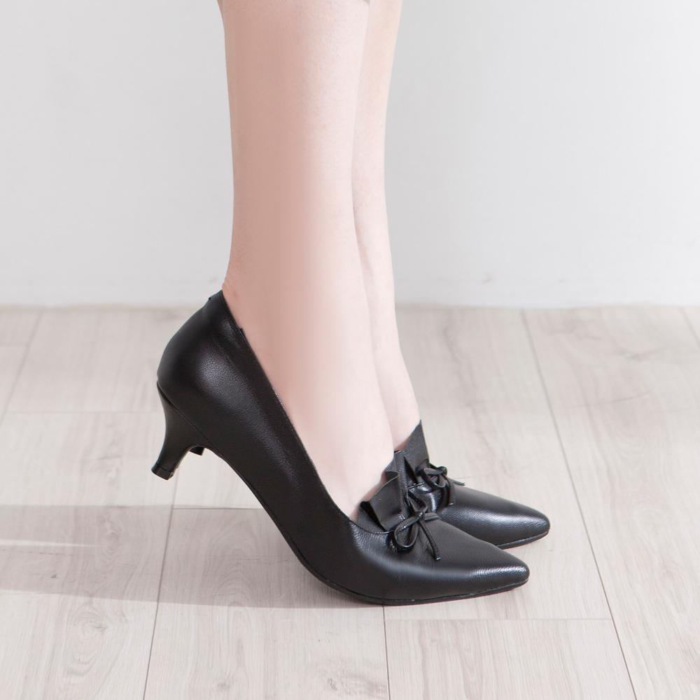 【新品】芯太軟  百摺皮革結飾尖頭中跟鞋 黑 (602327)