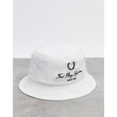 フレッドペリー メンズ 帽子 アクセサリー Fred Perry bucket hat with vintage laurel in white Snow white