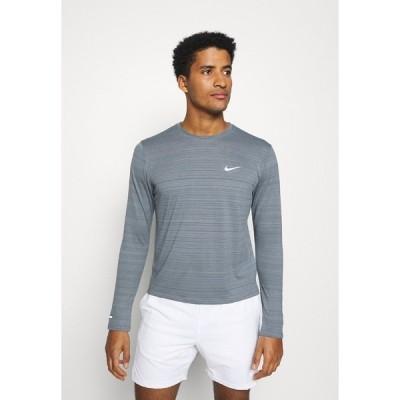 ナイキ カットソー メンズ トップス MILER - Sports shirt - smoke grey/reflective silver