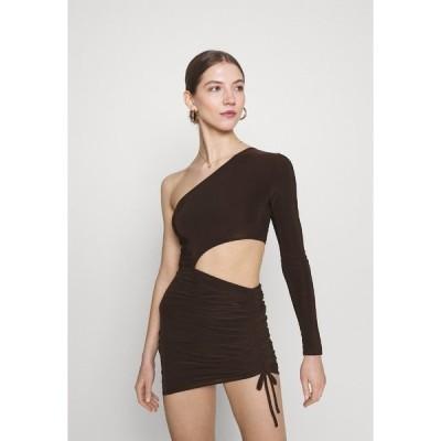 ミスガイデッド ワンピース レディース トップス SLINKY ONE SHOULDER CUT OUT MINI DRESS - Jersey dress - chocolate