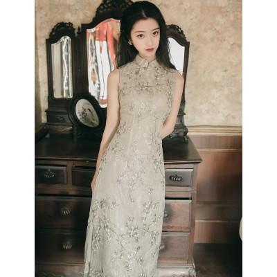 若いタイプの復古中国風の少女はセクシーなチャイナドレスの改良版のワンピースです