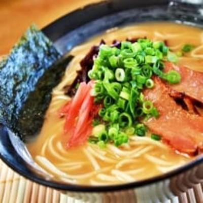 本場九州ラーメン2種セット 久留米豚骨醤油味 & ピリ辛豚骨スープ かすり化粧箱入(各8人前)×2箱