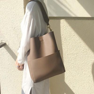 バケットバッグ新しい韓国のワンショルダーの女性のバッグワイドショルダーストラップ大容量レトロ原宿カレッジスタイルのバックパック9N273