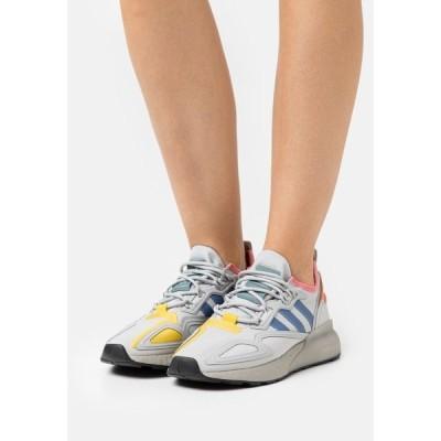 アディダスオリジナルス スニーカー レディース シューズ ZX 2K BOOST  - Trainers - grey two/crest blue/hazel rose