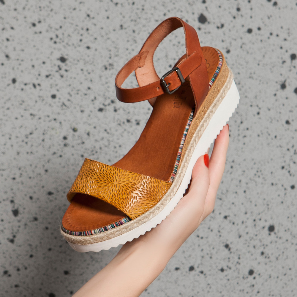 PORRONET.皮革壓紋一字楔型厚底涼鞋 土黃 (222231)
