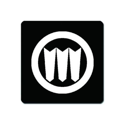 家紋シール 白紋黒地 丸に三つ並び矢筈 10cm x 10cm KS10-0586W