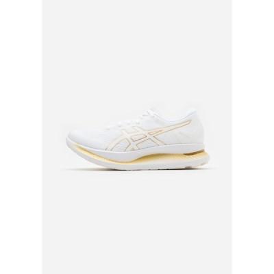 アシックス シューズ レディース ランニング GLIDERIDE - Neutral running shoes - white/pure gold