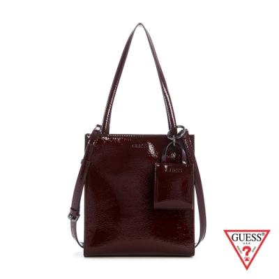 GUESS-女包-個性漆皮迷你吊飾肩背紙袋包-酒紅 原價3090