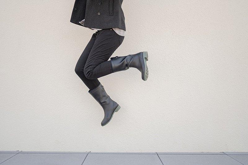 大雨安全防水免運 | 女子中筒雨靴.雨天.防水雨靴.墨色.機車族