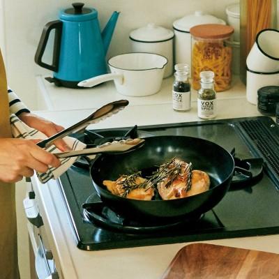 さびに強いブルーテンパー材で作った そのままオーブンに入れられる深めの鉄フライパン〈26cm〉 フェリシモ FELISSIMO
