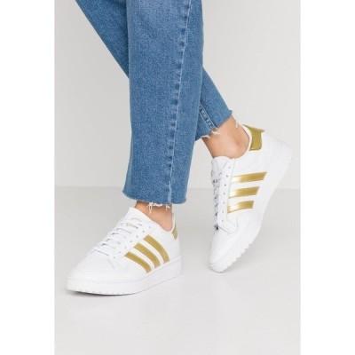 アディダスオリジナルス スニーカー レディース シューズ TEAM COURT - Trainers - footwear white/gold metallic