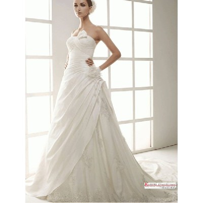wdk1261ウエディングドレス全体に施された刺繍が上品さを演出した美しいAライン