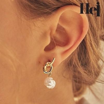 Yoonju Jang Suhyun Lee 着用 knot pearl post earring