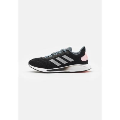アディダス シューズ レディース ランニング GALAXAR RUN - Neutral running shoes - core black/silver metallic/fresh candy