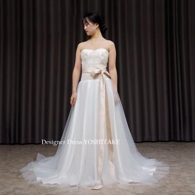 白チュールのスレンダードレスの内側にゴールドのレースで全体が淡いアイボリーに変化