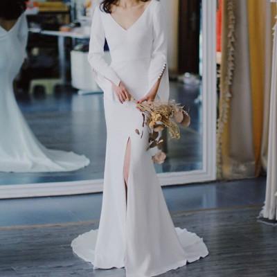 即納 お洒落な上質 韓国 ファッション  ウェディングドレス 白 二次会 花嫁 スレンダー ロングドレス トレーンドレス スリット 袖あり 長袖 Vネック 背中開き