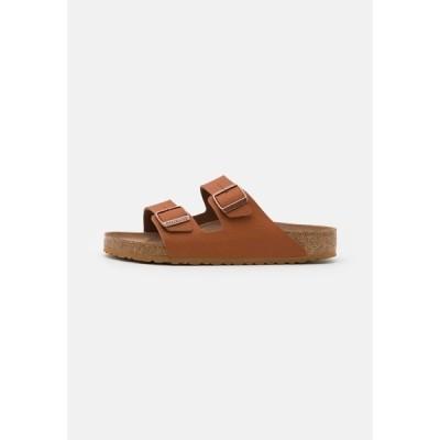 ビルケンシュトック サンダル メンズ シューズ ARIZONA VEGAN FOOTBED - Slippers - saddle matt ginger brown