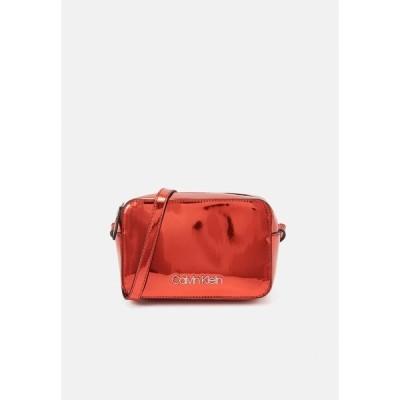 カルバンクライン ショルダーバッグ レディース バッグ CAMERABAG - Across body bag - red